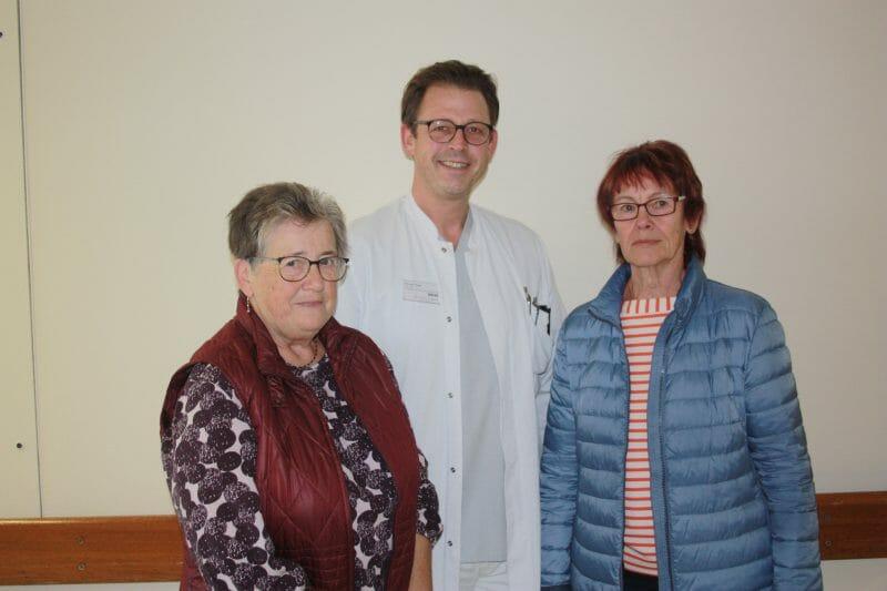 Ilse Zimmer (links) und Sigrid Jung  bei der Spendenübergabe an Dr.  Andreas Kopp