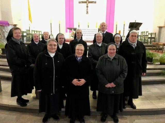 Schwesternkonvent und Ordensleitung nach dem Gottesdienst in der Hl. Kreuz Kirche: